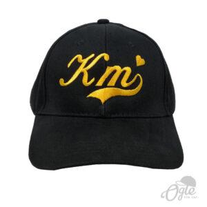 หมวกปักโลโก้ หมวกผ้าพีช บัคเคิลเหล็ก ปักโลโก้ KM ด้านหน้า