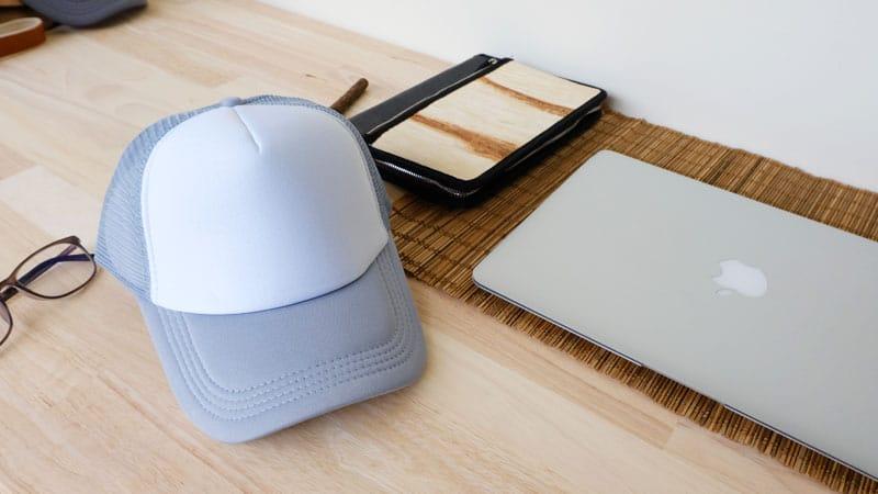 หมวกตาข่าย สีเทา บนโต๊ะทำงาน
