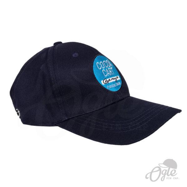 หมวกแก๊ป-พรีเมี่ยม-สีกรมท่า-หมวกผ้าพีช-ปักโลโก้-Cocoa-Cart-Garage-Cafe-ด้านข้างขวา