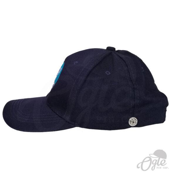 หมวกแก๊ป-พรีเมี่ยม-หมวกผ้าพีช-ปักโลโก้-Cocoa-Cart-Garage-Cafe-ด้านข้าง-ติดกระดุม