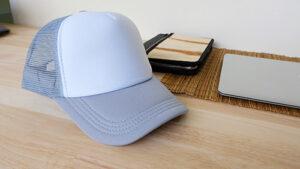 หมวกตาข่าย-สีเทา-เอียงด้านข้าง-บนโต๊ะทำงานไม้