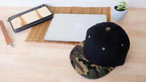 หมวกฮิปฮอป-สีดำ-ปีกหมวกลายทหาร-บนโต๊ะทำงาน