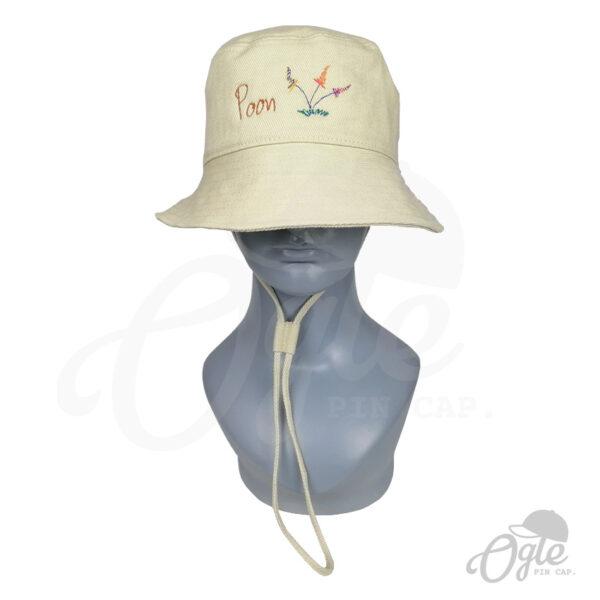 หมวกบักเก็ต-มีเชือก-สีครีม-ปักโลโก้-poon-ดอกไม้-บนหุ่น