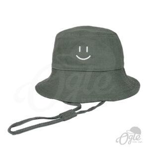 หมวกบักเก็ต-มีเชือก-สีเขียวแก่-ปักโลโก้-หน้ายิ้ม-ด้านหน้า