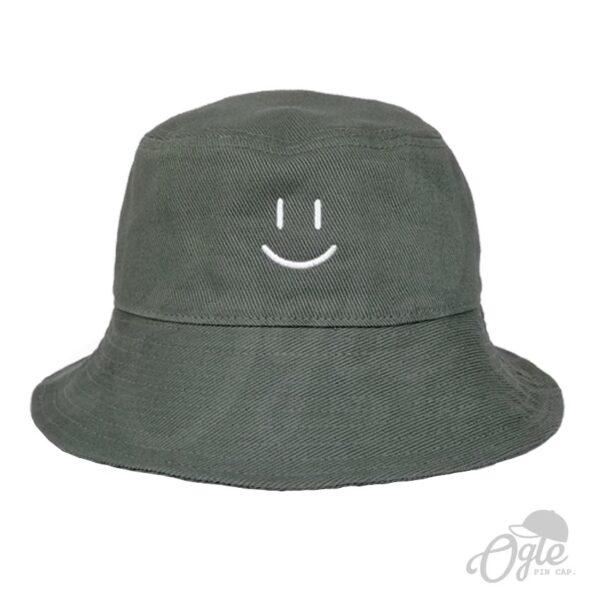 หมวกบักเก็ต-สีเขียวแก่-ปักโลโก้-หน้ายิ้ม-ด้านหน้า